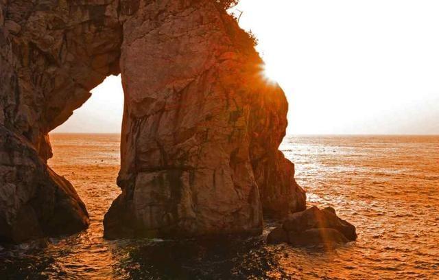 結構印象的な穴の開いた大きな岩。名前はあるのでしょうか??