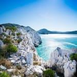 青い海と氷山のような白い岩が待つ絶景 往復約60Km